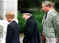 Dieses Bild vom September 1997 zeigt die Queen mit ihrem Enkel Prinz Harry und ihrem Sohn Prinz Charles. Sie trauern um die neulich verstorbene Diana. (Bild: Keystone)