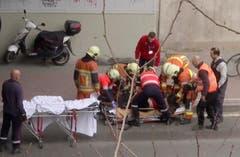 Nach der Explosion an der Metrostation Maelbeek im Zentrum von Brüssel: Sanitäter kümmern sich an der betroffenen Metrostation um eine verletzte Person. (Bild: APTN via AP)