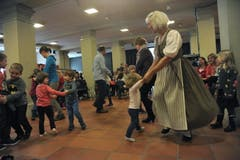 Auch die Kleinsten wagen ein Tänzchen mit den Grossen. (Bild: Urs Hanhart / Neue UZ)