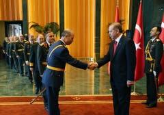 Shakehands mit den türkischen Generälen. (Bild: KEYSTONE)
