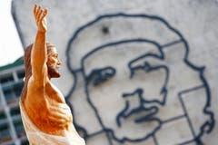 Eine Darstellung Che Guevaras am Innenministerium beim Revolutions-Platz, wo Papst Franziskus die Messe zelebrieren wird. (Bild: Keystone)