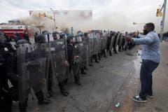 Ein Mann wagt sich vor die Polizeilinie. (Bild: EPA/ Michael Reynolds)