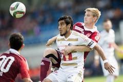 Florian Stahel (rechts) vom FC Vaduz im Duell um den Ball gegen Dario Lezcano (Mitte) vom FC Luzern. (Bild: Keystone)