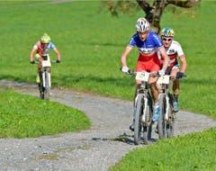 Thomas Dietsch vor Urs Huber: So lautete auch der Zieleinlauf. Links Frauensiegerin Milena Landtwing. (Bild: PD)