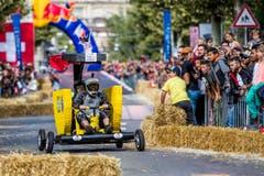 Am diesjährigen-Red Bull-Seifenkistenrennen in Lausanne überboten sich die Teilnehmer in witzigen Outfits... (Bild: Christian Merz / Keystone)