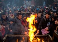 Weihrauch wird verbrannt, um für Gesundheit und Wohlstand zu beten. (Bild: Keystone)