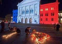 Das mit der franzöischen Tricolore beleuchtete Bundeshaus in Bern. (Bild: KEYSTONE/LUKAS LEHMANN)