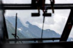 Blick aus dem Militär-Helikopter in Richtung Sustenpass, wo der F/A-18-Kampfjet des 27-jährigen Schweizers abgestürzt ist. (Bild: ALEXANDRA WEY)