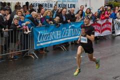 Hellebardenlauf Sempach Pierre Fournier (Bullet) gewann überlagen den 5,8 km langen Hellebardino. (Bild: Beat Blättler)