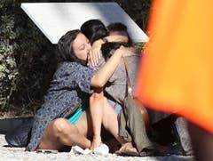 Eltern von Opfern umarmen sich. (Bild: AP/Luca Bruno)