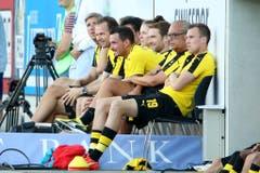 Die Ersatzbank von Borussia Dortmund mit Roman Bürki (dritter von rechts). (Bild: Philipp Schmidli)