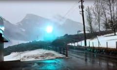 Kurzschluss: Eine Stromleitung wird zu Boden gerissen. (Bild: Leservideo)