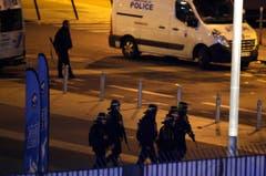 Einsatzkräfte vor dem Stade de France. (Bild: AP/Michel Euler)