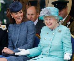 Im Juni 2012 schauen sich die Queen und ihre Grossenkelin Kate, die Herzogin von Cambridge, einen Sportanlass für Kinder an. (Bild: Keystone)