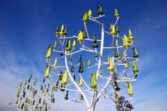 Wenn Unternehmen kreativ sind (hier der Eneregiekonzern Engie SA): Am Windbaum ist jedes Blatt ist eine Windturbine. (Bild: AP Photo/Francois Mori)