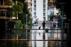 Überflutete Strasse in Locarno. (Bild: Keystone)