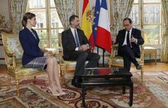 Angesichts des Unglücks brach Spaniens König Felipe VI. einen auf drei Tage angesetzten Staatsbesuch in Frankreich ab. Dies verkündete er vor dem Elysée-Palast in Paris, wo er kurz zuvor angekommen war. Der König sprach in einer Erklärung von einer «fürchterlichen Katastrophe». Der König drückte allen betroffenen Familien und Angehörigen der Opfer sein aufrichtigstes Beileid aus. Staatspräsident François Hollande hatte das spanische Königspaar wenige Stunden nach dem Absturz des Airbus im Elysée-Palast empfangen. Die Begrüssung im Hof des Präsidentensitzes fiel entsprechend ernst aus. (Bild: Keystone)