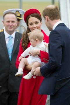 Der neuseeländische Premierminister John Key beobachtet die royale Familie bei ihrer Ankunft in Wellington. (Bild: Keystone)