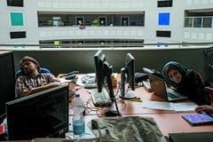 Andri Pol - 2. Platz Kategorie «Alltag»: Der Mensch hinter der Maschine: Alle kennen die Bilder vom Cern, dem riesigen unterirdischen Teilchenbeschleuniger in der Nähe von Genf. Diese Bilder zeigen fur einmal nicht die Maschine, sondern die Menschen, die aus der ganzen Welt ans Cern kommen, um hier zu forschen. Es sind Wissenschaftler und Techniker mit einer grossen Leidenschaft fur ihre Experimente. (Bild: Swiss Press Photo / Andri Pol)