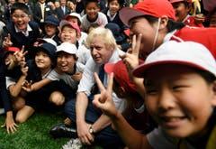 Boris Johnson weilt auf einem dreitägigen Staatsbesuch in Tokio. (Bild: AP / Stefan Rousseau)