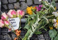 Blumen bei der französischen Botschaft in Berlin. (Bild: EPA/Sören Stache)