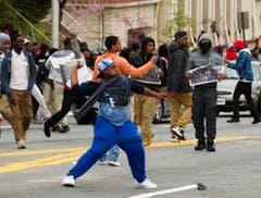 Demonstranten schmeissen Steine in Richtung Polizisten. (Bild: AP Photo / Jose Luis Magana)