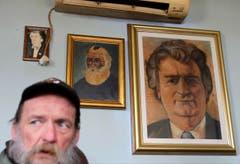 In einer Bar in Belgrad zieren zwei Gemälde von Radovan Karadzic die Wand. (Bild: AP Photo / Andrej Cukic)