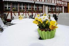 Ein verschneiter Sitzplatz. (Bild: Keystone)