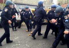 Ein verletzter Polizist wird von seinen Kollegen weggetragen. (Bild: Erica Green/The Baltimore Sun via AP)