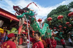 Eine Gruppe präsentiert einen Drachentanz. (Bild: Keystone)