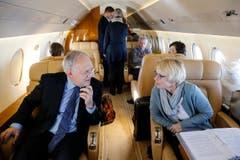 Bundespräsident Schneider-Ammann, links, im Gespräch mit Livia Leu, ehemalige Botschafterin des Iran, rechts, während ihres Fluges nach Teheran. (Bild: Peter Klaunzer)