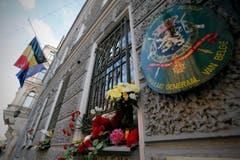 Menschen haben Blumen bei den Fenstern des belgischen Konsulats in in St. Petersburg gelegt. (Bild: EPA / ANATOLY MALTSEV)