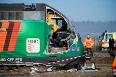 Bei der Streifkollision entgleiste der Interregio-Zug. Die Lokomotive und mehrere Waggons des Interregio neigten sich zur Seite. (Bild: Keystone / Ennio Leanza)