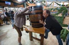 Brauerei Mitarbeitende bringen das Fass Bier, in welches der Bürgermeister von München den ersten Zapfhahn schlagen wird zur Eröffnung des Oktoberfestes. (Bild: Keystone / Peter Kneffel)