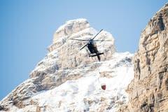 Immer wieder fliegt ein Helikopter Wasser zum Unglücksort. (Bild: Roger Grütter / Neue LZ)