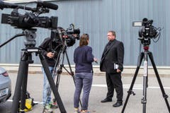 30. August: Armeesprecher Daniel Reist gibt den Medien auf dem Flugplatz in Meiringen Auskunft zum Unglück. (Bild: ALEXANDRA WEY)