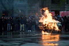 Ein Einkaufswagen brennt am Helvetiaplatz, nach dem traditionellen 1. Mai-Umzug am Tag der Arbeit, in Zuerich. (Bild: ENNIO LEANZA)