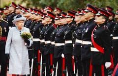 Aus dem Berufsalltag einer Königin: Elisabeth II schreitet bei Ihrem Besuch im November 2015 in Malta die Ehrengarde ab. (Bild: Keystone)