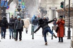 An der Andrassystrasse in der ungarischen Hauptstadt Budapest gibt sich eine Passantin schneeflockenleicht. (Bild: ZSOLT SZIGETVARY)