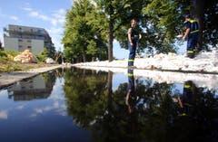 In Magdeburg werden Sandsäcke gegen das Hochwasser der Elbe gestapelt. (Bild: Keystone)