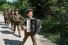 Eine Gruppe von Soldaten marschiert und spielt Musik. (Bild: Martin von den Driesch)