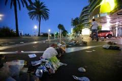 An dieser Stelle ist das Unglück passiert. Mehr als einen Kilometer ist der LKW auf dem Trottoir gefahren und hat dabei mindestens 80 Menschen, die das Feuerwerk am Nationalfeiertag anschauen wollten, getötet. (Bild: AP Photo / Luca Bruno)