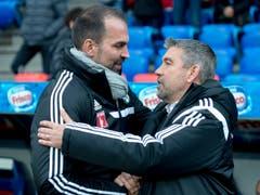 Basels Coach Urs Fischer, rechts, begrüsst den Luzerner Trainer Markus Babbel. (Bild: Keystone / Georgios Kefalas))
