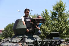 Türkische Polizisten fahren einen Militärpanzer zum Polizei-Hauptquartier in Istanbul. (Bild: EPA/TOLGA BOZOGLU)