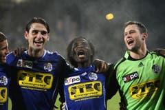 Gerardo Seoane, Jean-Michel Tchouga und David Zibung (von links) freuen sich über einen Sieg gegen Aarau. (Bild: Philipp Schmidli)