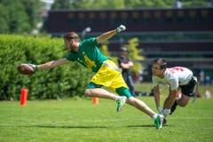 Beim Flag-Football tragen die Athleten einen Gürtel, bei dem links und rechts der Hüfte ein Fähnchen eingestöpselt ist. (Bild: Dominik Wunderli (LZ))