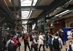 Personen laufen im zerstörten Bahnhof umher. (Bild: @DAVIDRICHMAN / HANDOUT)