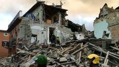 In Amatrice suchen Helfer in den Trümmern nach Verschütteten. (Bild: AP Photo /Videostill)