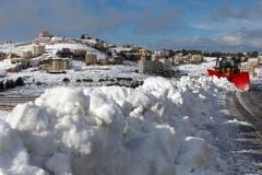 Hier ist man sich sonst mildes Mittelmeerklima gewohnt: Im Libanon musste man die Schneepflüge hervorholen. Die Kälte trifft vor allem die Lebensbedingungen syrischer Flüchtlinge. (Bild: AP Photo/Hassan Ammar)