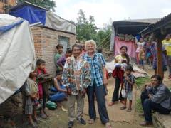 """Ruth Odermatt mit dem Vorsteher des Dorfes etwa eine Stunde südlich von Kathmandu. Im Dorf, das von 8 Familien bewohnt ist, kam nur wenig Hilfe der Hilfswerke an. Rechts sitzt """"Buddhi"""" der Vertrauensmann der Odermatts. (Bild: Walter Odermatt)"""